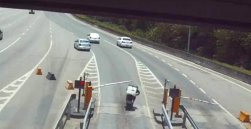 Cancela chega a atingir moto que foge sem pagar   Foto: Reprodução
