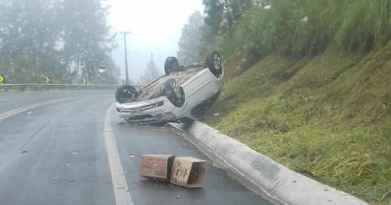 Carro capotou no início da tarde deste domingo | Foto Divulgação