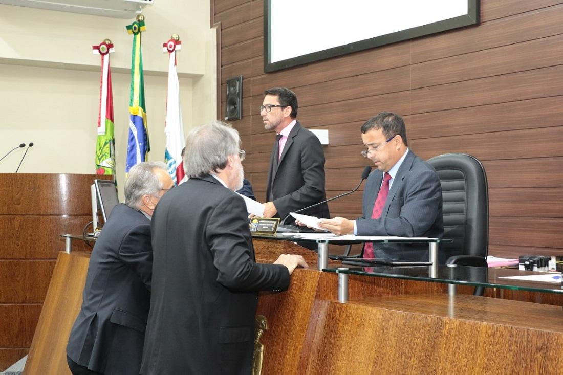 Parecer favorável da procuradoria foi lido pelo presidente  Roberto Katumi (D) | Foto Édio Hélio Ramos/CMF