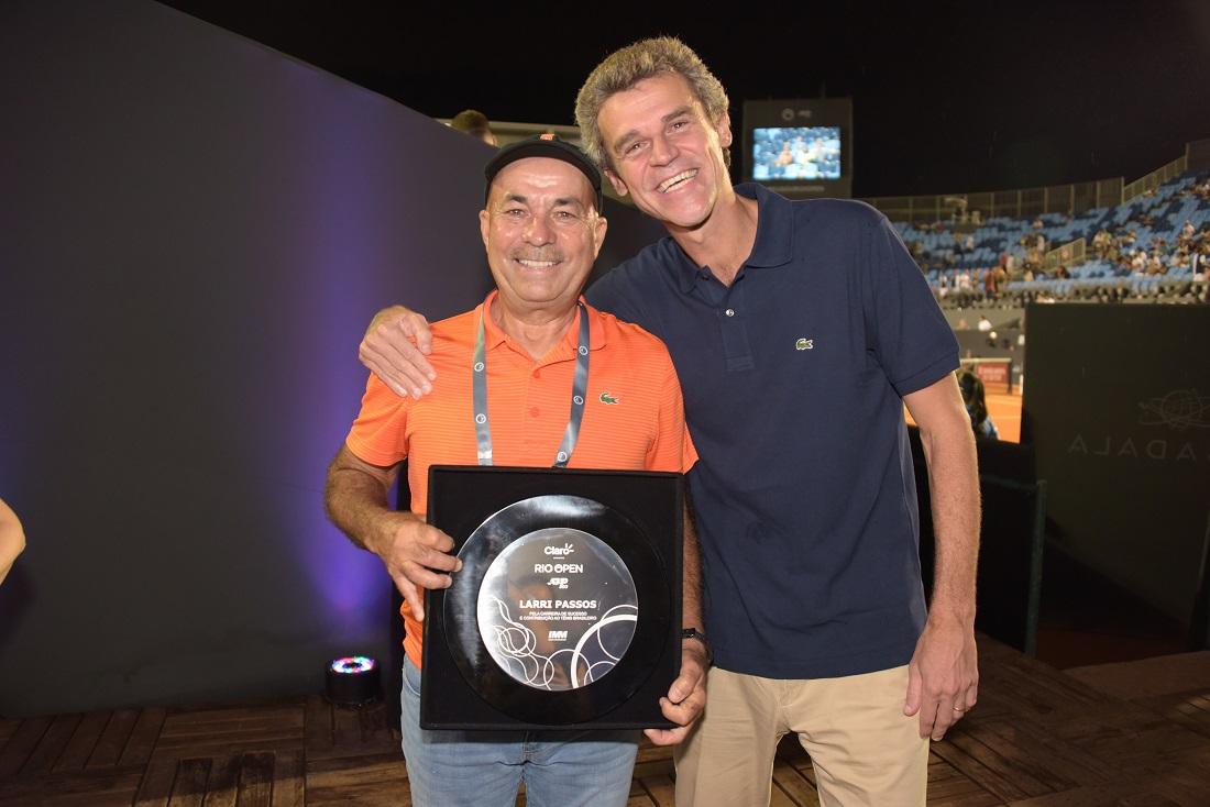 Larri foi homenageado no Rio Open e recebeu abraço de Guga   Foto Rosane Bierkman/Divulgação
