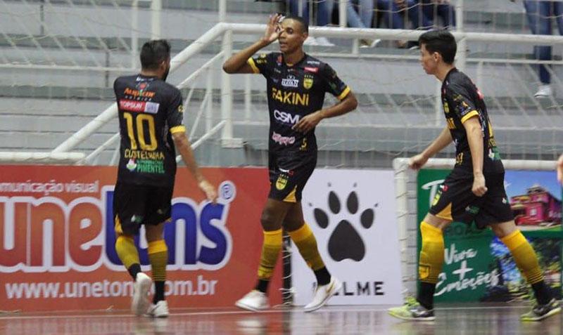 Pivô Daniel (C) marcou mais duas vezes e se isolou na artilharia da competição, com quatro gols   Foto Ariane Tadday