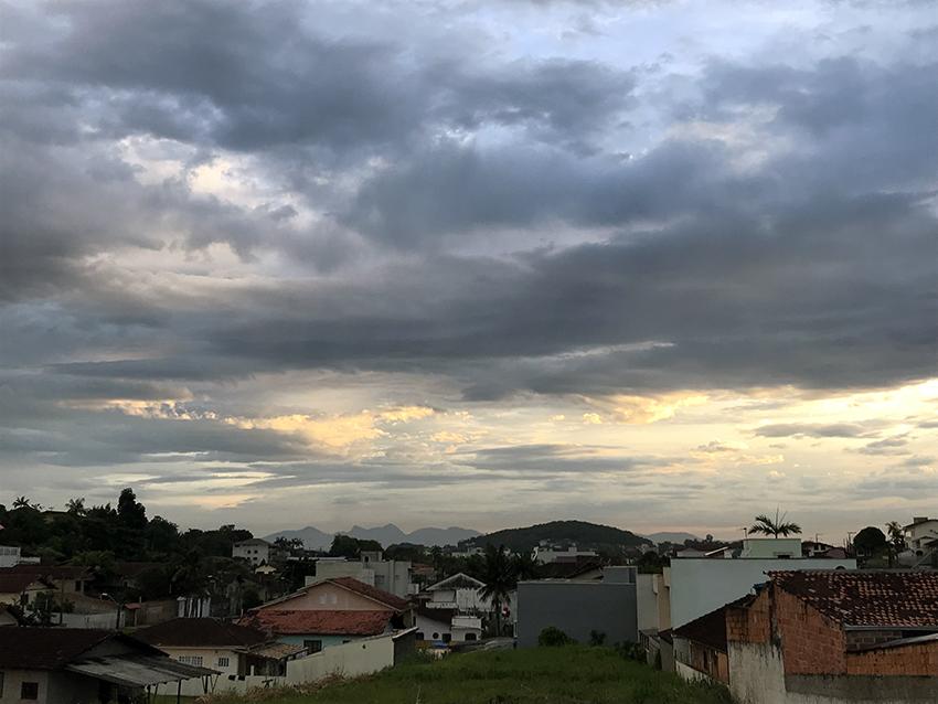 O Sol até tentou dar as caras nesta manhã, mas a previsão indica muita chuva para hoje e amanhã   Foto Windson Prado/OCP News