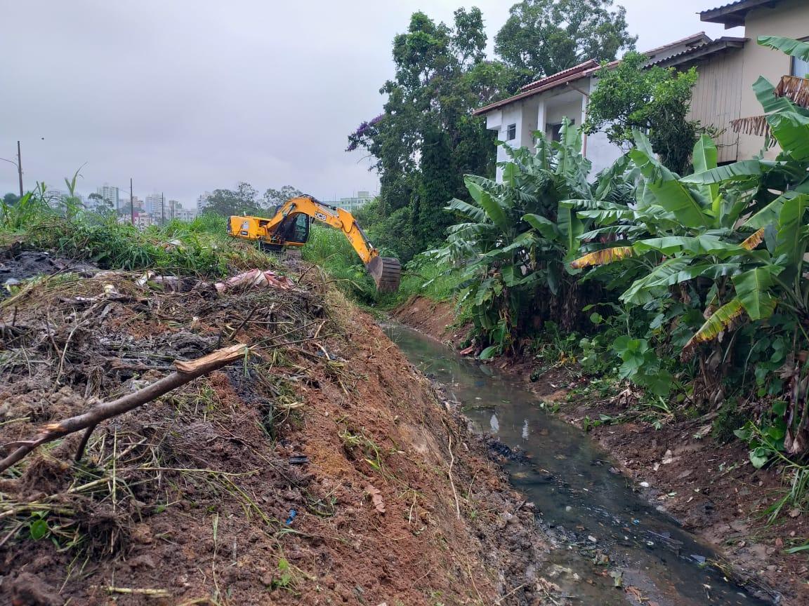 Trabalho de limpeza de valas foi iniciado na manhã desta segunda (18) | Foto PMF/Divulgação