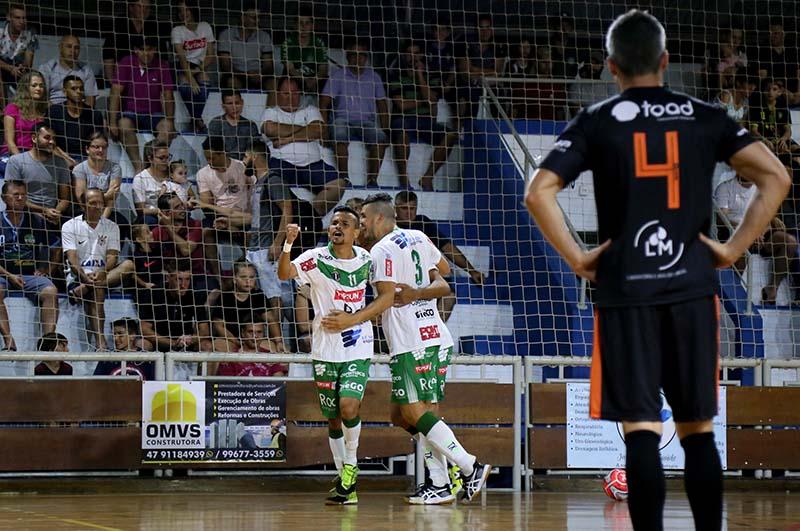 Vaé, da Topsun, foi o grande destaque da noite ao marcar quatro gols contra a Toad | Foto Lucas Pavin/Avante! Esportes