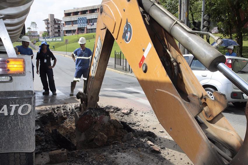 Rompimento foi na rua Aubé, quase em frente à Prefeitura | Foto Divulgação Secom/Prefeitura de Joinville