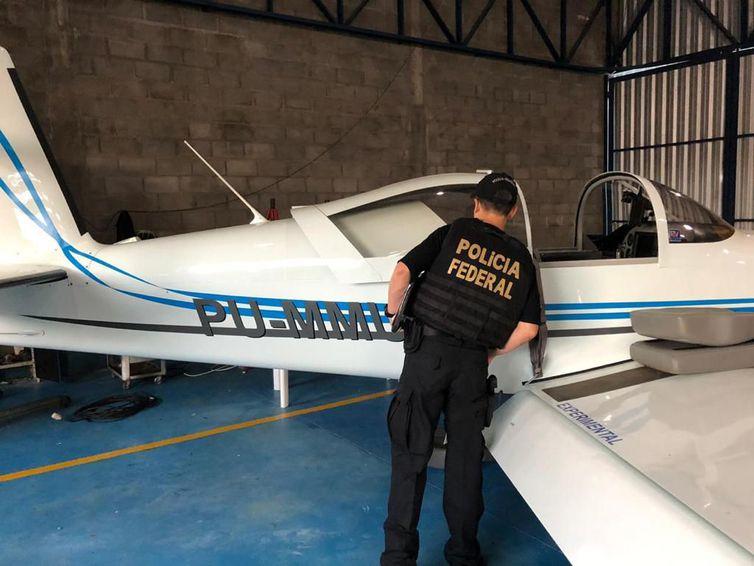 Policial analisa uma das 47 aeronaves apreendidas na operação | Foto: PF/Divulgação