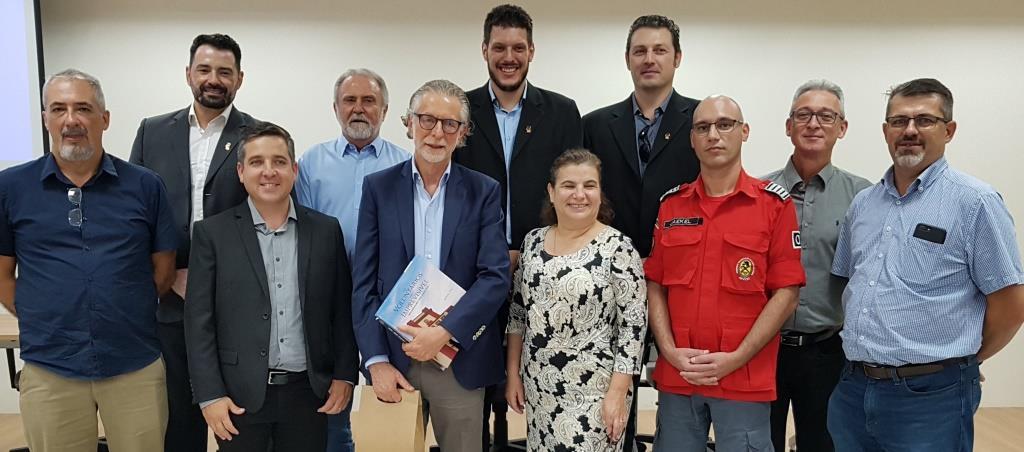 Jayme Garfinkel (de óculos, no centro), Moacir Thomazi (de azul, atrás), comandante Jaekel Souza, membros da diretoria da Associação e do Núcleo de Corretoras de Seguros da Acij | Foto Divulgação/Bombeiros Voluntários de Joinville