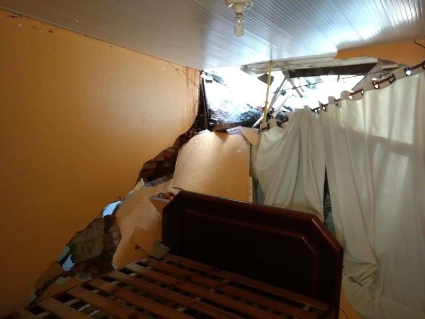 Pedra atingiu quarto de idoso no Boa Vista | Foto: PMJS/Divulgação