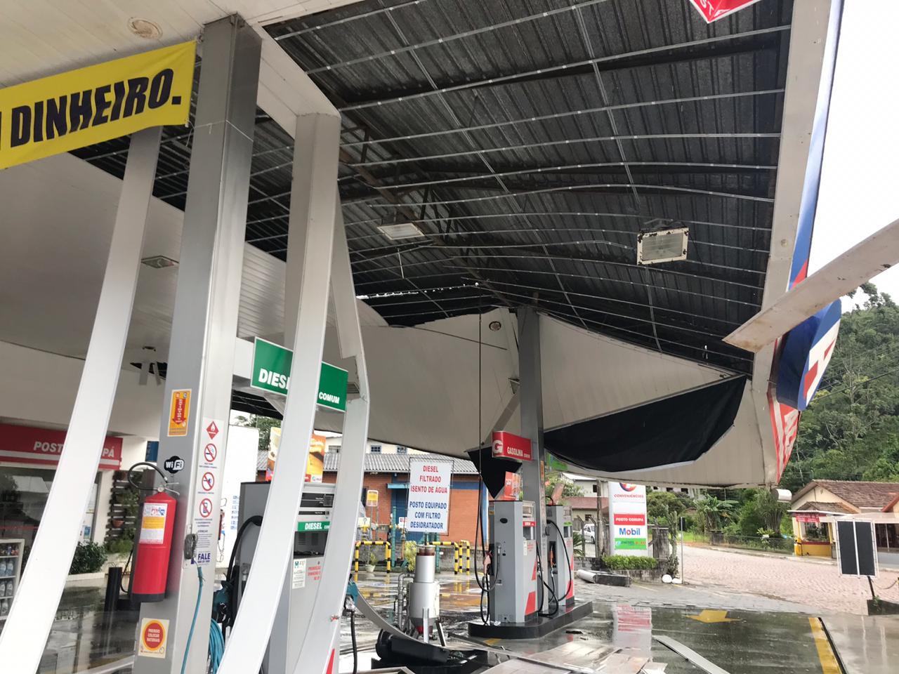 Parte da cobertura de um posto  de gasolina em Corupá desabou na tarde deste domingo | Foto Divulgação