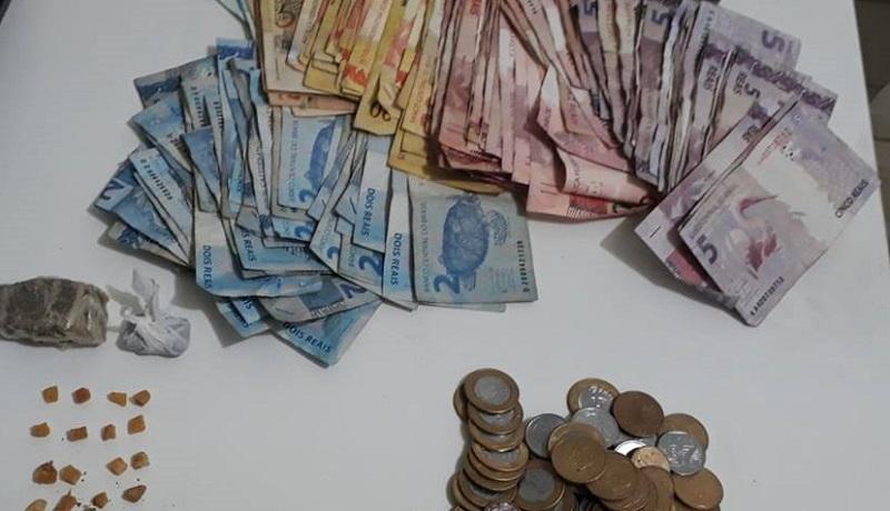 PM aprendeu droga, celular e uma quantidade em dinheiro | Foto PM/Divulgação