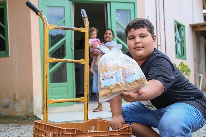 João sai para vender bolachas, enquanto a mãe fica em casa cuidando da filha de 2 anos   Foto Eduardo Montecino/OCP News