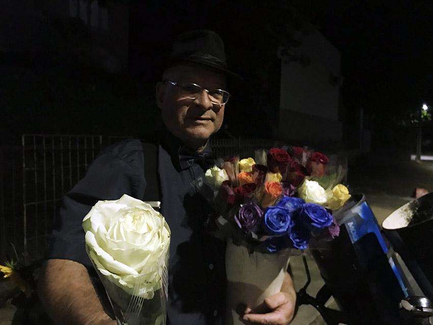 Pedro Bezerra Neto ficou conhecido como o Senhor das Flores por percorrer as ruas de Joinville vendendo rosas |  Foto Windson Prado/OCP News