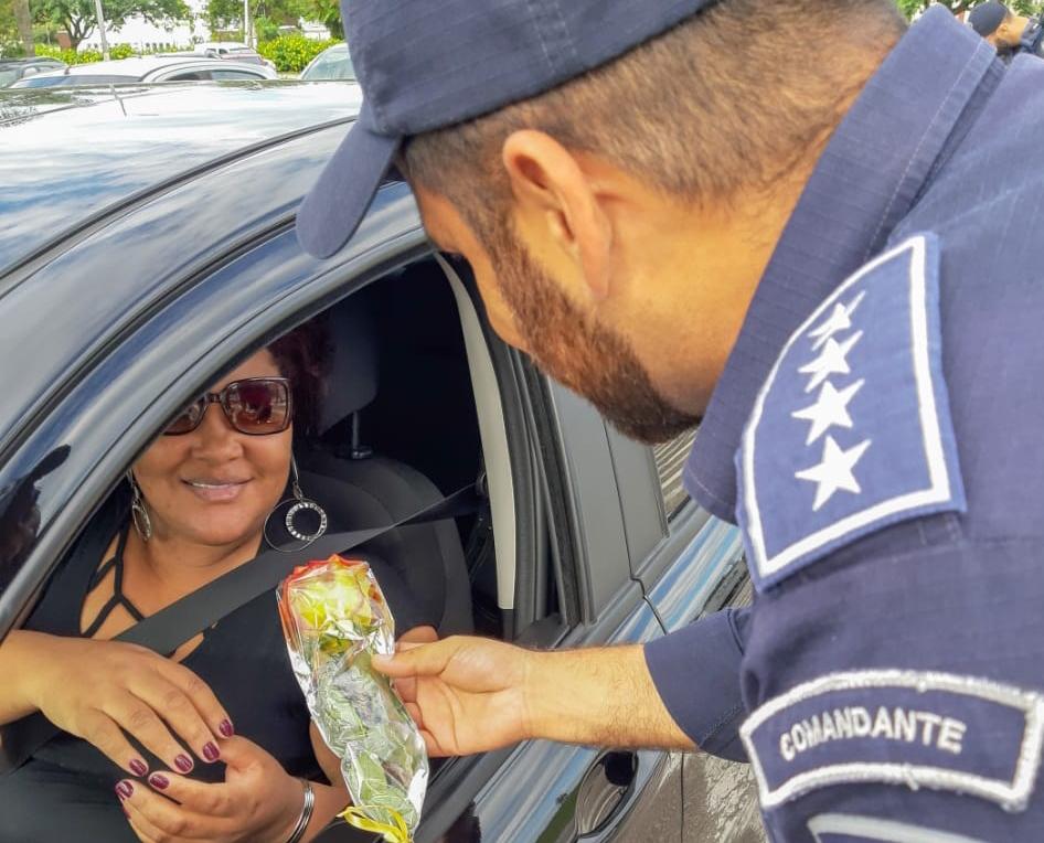 Agentes da Guarda Municipal abordaram as mulheres motoristas para homenageá-las   Foto PMF/Divulgação