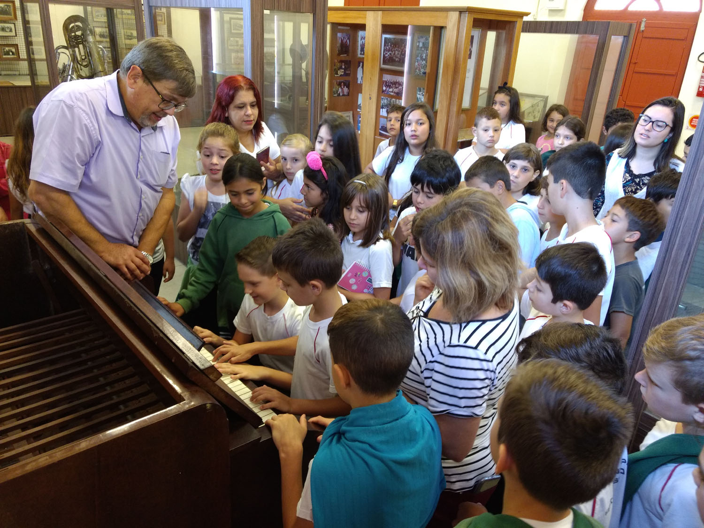 Crianças ficaram encantadas em poder tocar uma harmônica   Fotos Divulgação