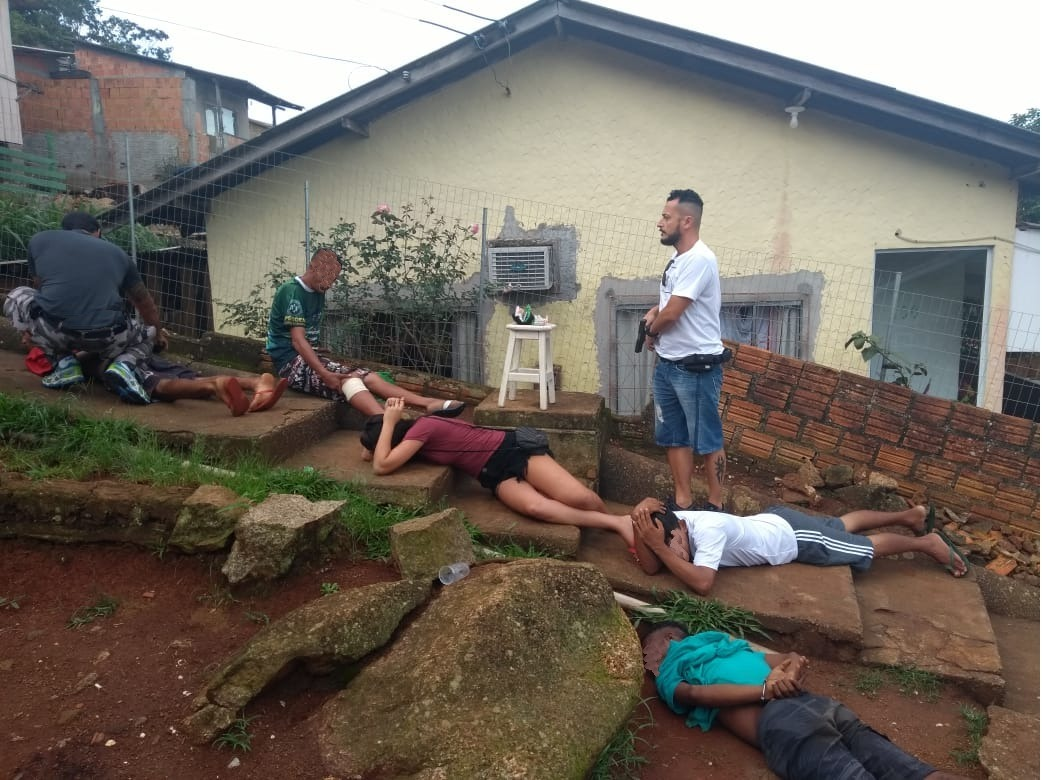 Policiais da CILS prenderam dois traficantes responsáveis pela venda de crack, cocaína e maconha no Morro da Perla, em Florianópolis | Foto Divulgação