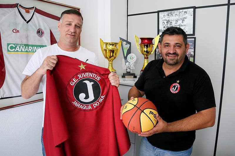 Técnico do basquete feminino, Julio Patrício (E), e presidente do Juventus, Cristiano Humenhuk (D), firmaram acordo nesta semana | Foto Eduardo Montecino/OCP News