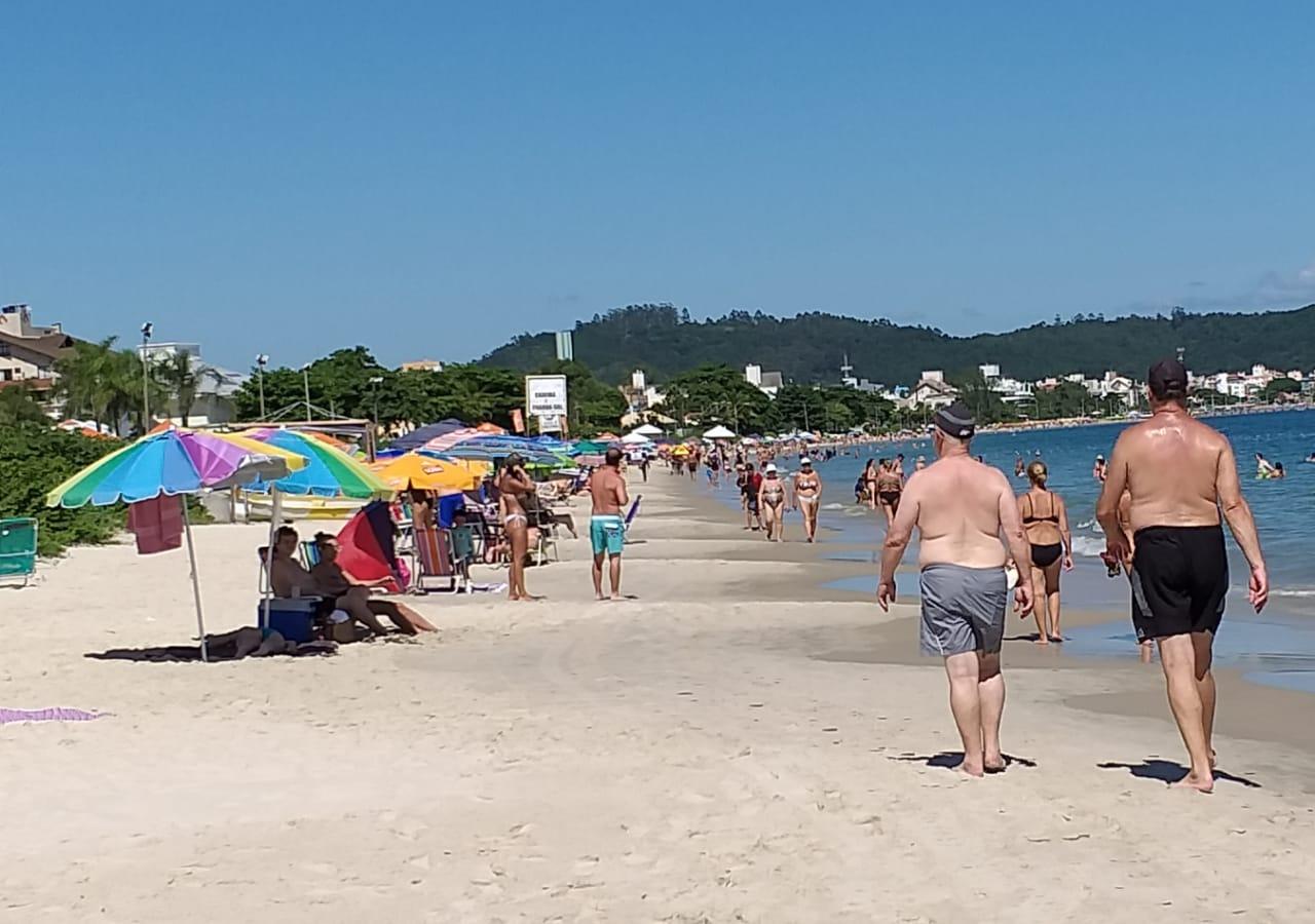 Sol e calor levaram as pessoas às praias neste sábado (02)   Foto João José Renato/Especial OCPNews
