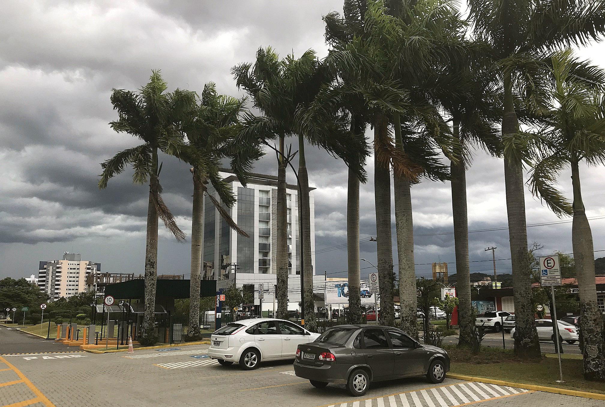 Diferentemente desta quarta-feira quando o céu ficou carregado de nuvens escuras (foto), para os próximos dias não há previsão de temporais | Foto Windson Prado/OCP News