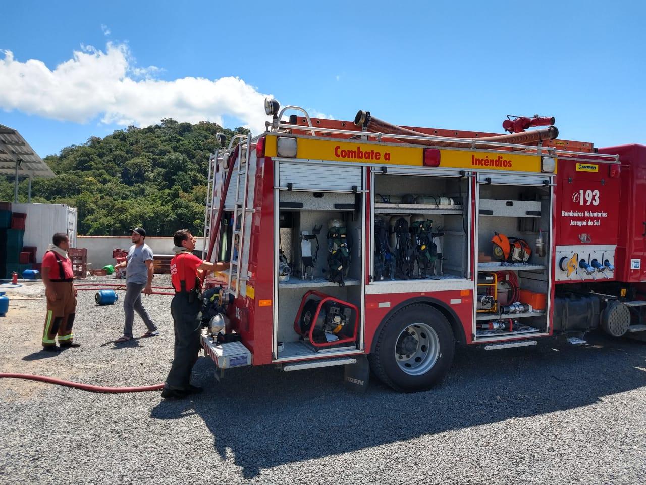 Foram necessários duas equipes dos bombeiros para apagar o fogo | Fotos Fábio Junkes/OCP News