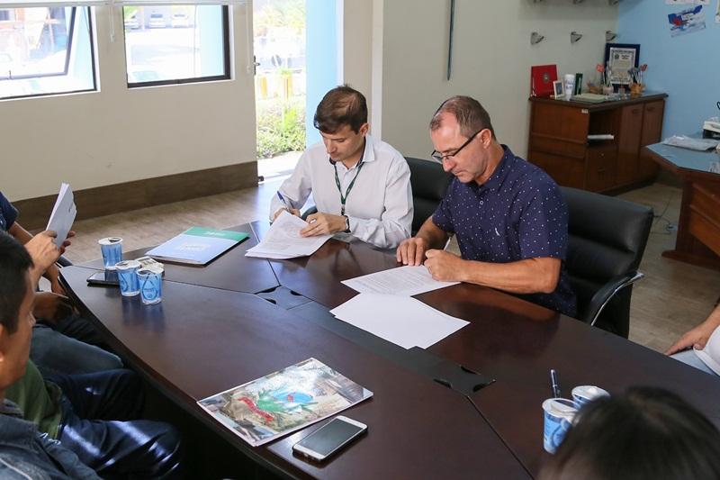 Prefeito Luís Antônio Chiodini e Jefferson Galdino assinaram parceira na manhã de sexta-feira (8)   Foto Eduardo Montecino/OCP News