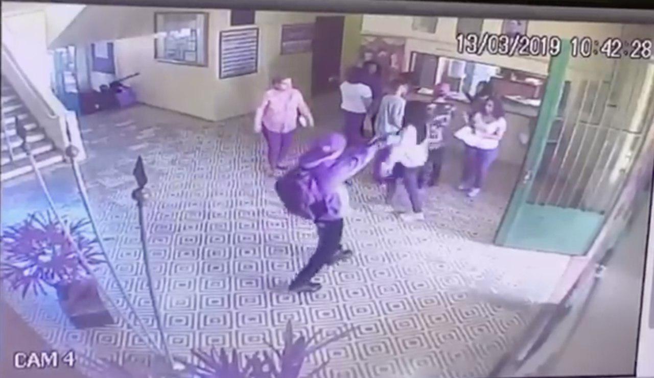 Atirador na escola de Suzano (SP) saca a arma logo após entrar no colégio Foto: Reprodução