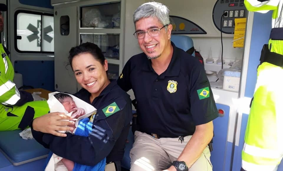 Policiais rodoviários federais auxiliaram uma mulher a dar à luz a uma menina na tarde desta quinta-feira | Foto PRF