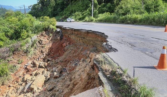 Cratera na Rodovia SC-108 abriu na madrugada do dia 18 de fevereiro | Foto Eduardo Montecino/OCP News