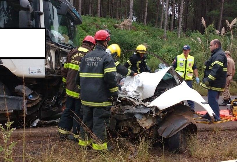 As vítimas estavam em um Fiat Palio que colidiu frontalmente em um caminhão | Foto Divulgação//Genauro Stefanski/Rádio Fraiburgo