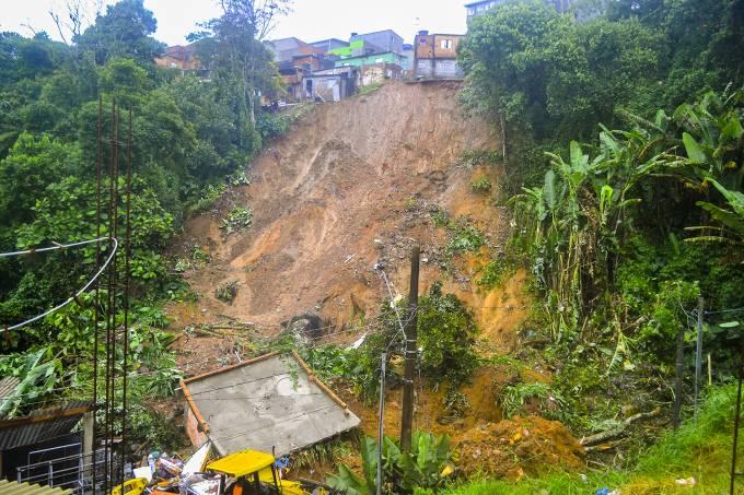 Deslizamento de terra atinge residência e mata quatro pessoas na cidade de Ribeirão Pires (SP) | Foto Bruno Menezes/Veja.com