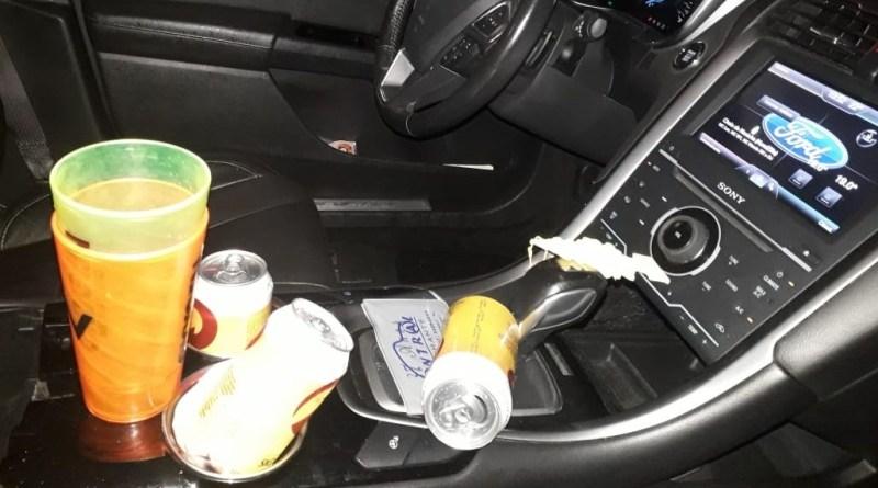 No interior do veículo foram encontradas três latas de cerveja   Foto PRF/Divulgação
