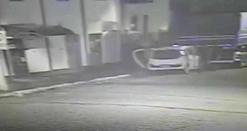 Vídeo mostra momento em que os envolvidos no crime abandonam o  táxi   Foto: Reprodução/OCP News